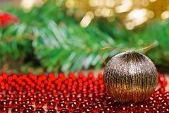 Bola amarela do Natal em grânulos vermelhos Imagens de Stock Royalty Free