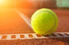 Bola amarela na terra da corte Foto de Stock Royalty Free