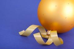 Bola amarilla de la Navidad Foto de archivo libre de regalías