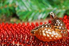 Bola amarilla de la Navidad en gotas rojas Fotos de archivo