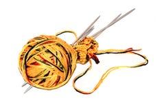 Bola amarilla de las lanas con la aguja en blanco fotos de archivo libres de regalías