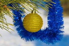 Bola amarilla de los cristmas Fotografía de archivo