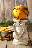 Bola anaranjada del pomo con la vela Decoraciones de la Navidad Imagen de archivo
