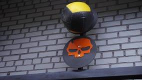 A bola apta transversal está batendo o alvo no gym Cardio- treinamento dentro filme