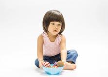 Bola asiática del color del juego de la muchacha Fotos de archivo libres de regalías