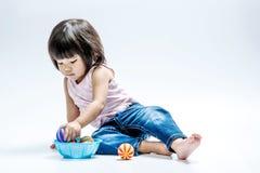 Bola asiática del color del juego de la muchacha Fotografía de archivo