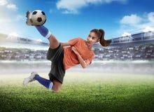 Bola asiática do pontapé do jogador de futebol da mulher Fotografia de Stock Royalty Free