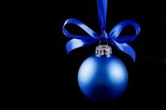 Bola azul colgante de la Navidad en el fondo Fotografía de archivo