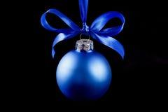 Bola azul colgante de la Navidad en el fondo Foto de archivo