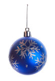 Bola azul con los copos de nieve Fotografía de archivo