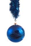 Bola azul de la Navidad imagenes de archivo