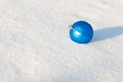 Bola azul de la Navidad Fotos de archivo