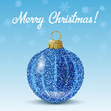 Bola azul de la Navidad del vector en fondo de los copos de nieve Imágenes de archivo libres de regalías