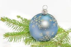 Bola azul de la Navidad en árbol de pino verde en el fondo blanco Imagen de archivo libre de regalías