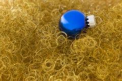 Bola azul de la Navidad en brillo del oro Imagen de archivo libre de regalías