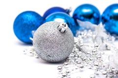 Bola azul de la Navidad en foco y bolas azules en fondo con Foto de archivo