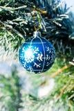 Bola azul de las decoraciones de la Navidad en el árbol de Navidad al aire libre Fotos de archivo libres de regalías