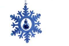 Bola azul do floco de neve e do Natal fotografia de stock