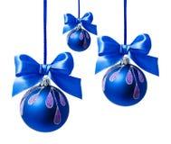 Bola azul do Natal com a fita isolada Fotos de Stock Royalty Free