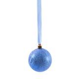 Bola azul do Natal isolada no ano novo do fundo branco Fotos de Stock Royalty Free