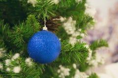 Bola azul em uma árvore de Natal fotos de stock