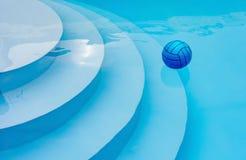 Bola azul em uma associação azul imagem de stock