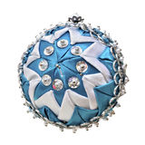 Bola azul hecha en casa de la Navidad aislada en el fondo blanco imagen de archivo