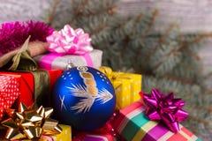 Bola azul hermosa con una vela en una pila de regalos Imágenes de archivo libres de regalías