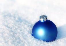 Bola azul na neve imagem de stock