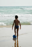Bola Beach1 del muchacho fotografía de archivo libre de regalías