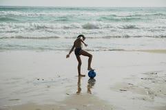Bola beach2 do menino Fotografia de Stock Royalty Free