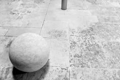 Bola blanca concreta foto de archivo