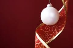 Bola blanca de la Navidad con la venda de la decoración fotos de archivo libres de regalías