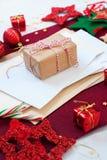 Bola blanca roja de la estrella de la decoración del día de fiesta de la tarjeta de Navidad Foto de archivo