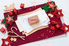 Bola blanca roja de la estrella de la decoración del día de fiesta de la tarjeta de Navidad Fotografía de archivo