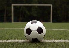 Bola blanca y negra para jugar a fútbol contra el GA Foto de archivo libre de regalías