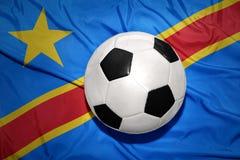 Bola blanco y negro del fútbol en la bandera nacional de democrático imágenes de archivo libres de regalías
