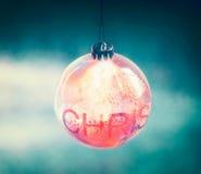 Bola bonita do Natal da iluminação com bokeh fotos de stock royalty free