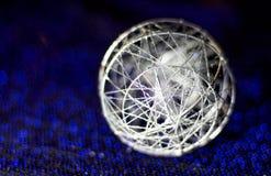 Bola bonita do Natal Grânulo de prata para o fundo azul e azul fotografia de stock royalty free