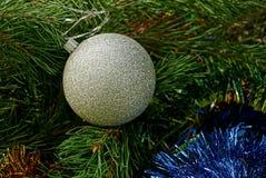 Bola branca em ornamento e em agulhas do Natal Imagem de Stock Royalty Free
