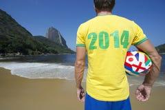 Bola 2014 brasileira do International da camisa do jogador de futebol Imagens de Stock Royalty Free