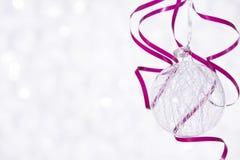 Bola brilhante bonita em um fundo do inverno Foto de Stock