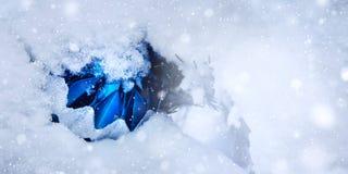 Bola brilhante da árvore de Natal em um monte de neve fotografia de stock royalty free