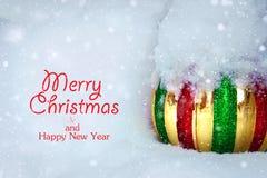 Bola brilhante da árvore de Natal em um monte de neve fotos de stock