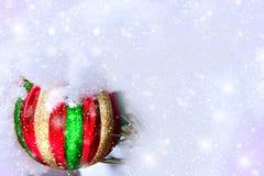 Bola brilhante da árvore de Natal em um monte de neve foto de stock royalty free