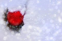 Bola brilhante da árvore de Natal em um monte de neve imagens de stock