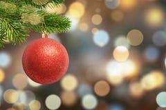 Bola brilhante do Natal na árvore e luzes de Natal, bokeh no fundo fotos de stock royalty free