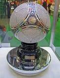 Bola brillante del balompié del metal bajo el rectángulo de cristal, Fotos de archivo
