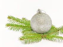 Bola brillante gris de la Navidad en árbol de pino verde en el fondo blanco Imagen de archivo