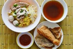 Bola chinesa da carne de porco da cobertura do macarronete de ovo e pele friável dos peixes com sopa Foto de Stock Royalty Free